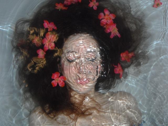underwater woman-807654_1280